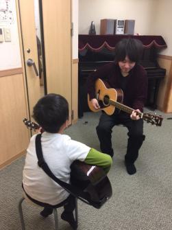 ギターレッスン風景(クラッシックギター、フォークギター、エレキギター、ウクレレクラス)