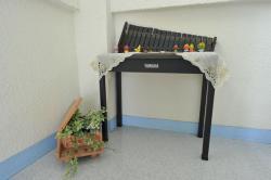 教室入り口前のピアノと木琴