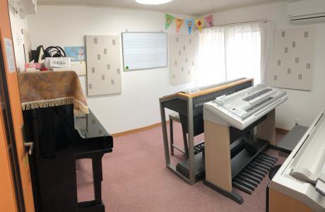 エレクトーンとアップライトピアノのあるお部屋です♪