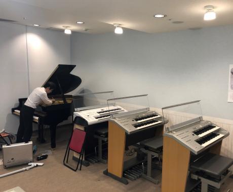 グループレッスンルームにもグランドピアノを完備しました
